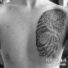 黑灰菊花胸部纹身图案