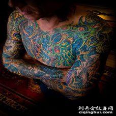 全身夸张的彩绘纹身图案