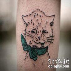 可爱的小猫咪和绿色蝴蝶结纹身图案