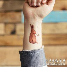手腕卡通橙色野兔与烟草管纹身图案