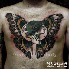 胸部彩色女人和男人肖像与蝴蝶翅膀纹身图案