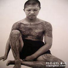 男子全身传统佛教经文纹身图案