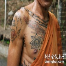 胸部神圣的佛教字符纹身图案