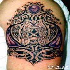 黑色花纹和紫色宝石骷髅纹身图案