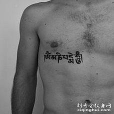 胸部印度教佛教经文黑色纹身图案