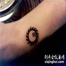 手臂佛教黑色太阳纹身图案
