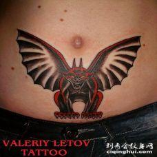 黑色和红色的石像鬼腹部纹身图案