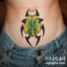 黑色部落符号与三叶草腹部纹身图案