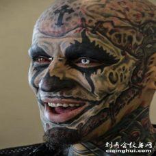 脸部可爱的黑色疯狂纹身图案