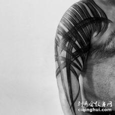 令人印象深刻的黑色水草肩部纹身图案