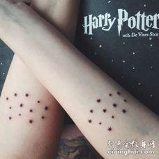 情侣手臂简单的黑色小星星纹身图案