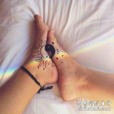 情侣脚部黑白阴阳八卦符号纹身图案