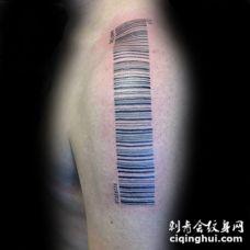 肩部黑色的条形码纹身图案