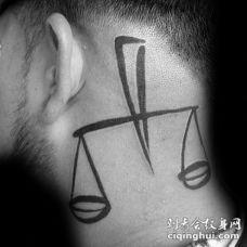 头部简单的黑色中等大小天秤座纹身图案