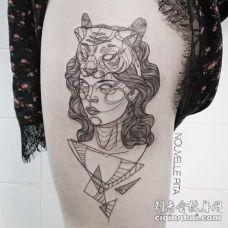 大腿素描风格黑色墨女性老虎头盔与几何纹身图案