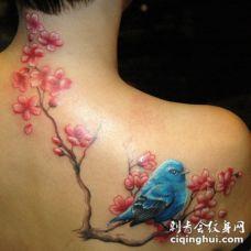 臂部蓝色鸟与红色桃花纹身图案