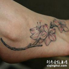 脚背美丽绽放的花朵纹身图案
