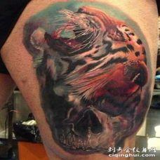 美丽的水彩虎头大腿纹身图案