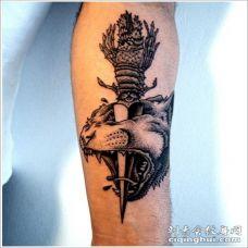 手臂美丽的匕首刺虎头纹身图案
