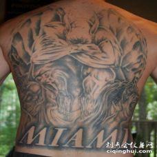 背部大面积石像鬼字母纹身图案