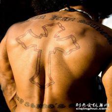 男性背部拉丁文和十字架纹身图案