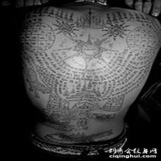 背部黑色佛教经文纹身图案