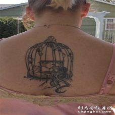 背部黑色的鸟笼纹身图案