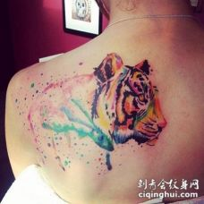 背部水彩风格虎头纹身图案