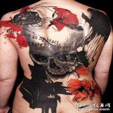 背部现代风格骷髅和花朵纹身图案