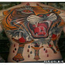 背部彩绘new school老虎头被匕首刺穿纹身图案