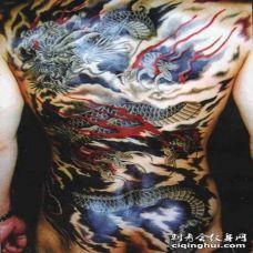 背部日式龙飞在天空彩绘纹身图案