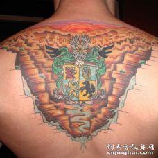 背部惊人的彩色家庭徽章纹身图案