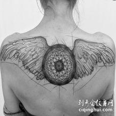 背部黑色线条素描风格神秘的翅膀纹身图案