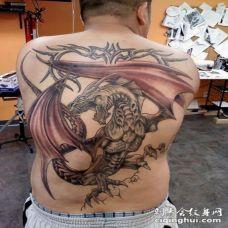 背部奇妙的幻想龙纹身图案