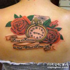 背部彩色的时钟玫瑰和字母纹身图案