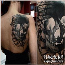 背部好看的黑色特殊骷髅与时钟纹身图案