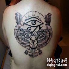 背部埃及主题的荷鲁斯之眼和眼镜蛇纹身图案