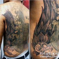 背部黑白的蛇与部落玛雅石雕纹身图案