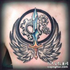 背部翅膀和彩色的宝剑纹身图案