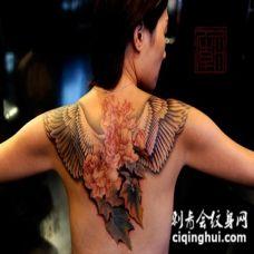 背部自然的彩色花卉与翅膀纹身图案