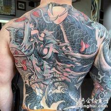 背部日本传统风格的幻想龙纹身图案