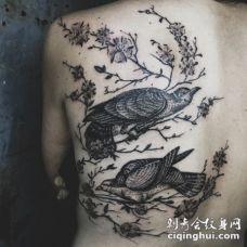 背部奇妙的黑白雕刻风格鸟类纹身图案
