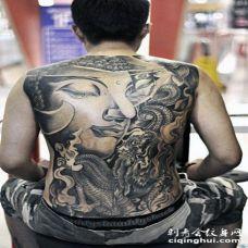 背部黑色的如来佛祖雕像和蛇纹身图案