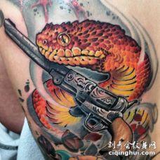 背部奇妙的彩色大蛇与手枪纹身图案