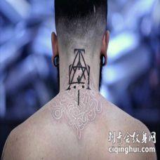 背部神奇的白色蛇与黑色符号纹身图案