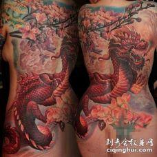 背部日本风格的彩色龙与花朵纹身图案