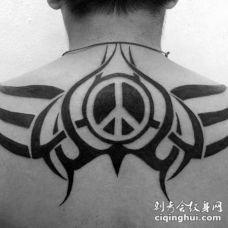 背部黑色的图腾太平洋标志纹身图案