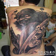背部神秘战士与鬼骷髅纹身图案