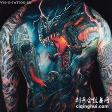 背部彩色的幻想风格邪恶龙与战士纹身图案