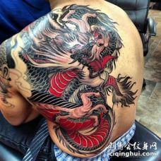 背部新日本风格的彩色大龙纹身图案